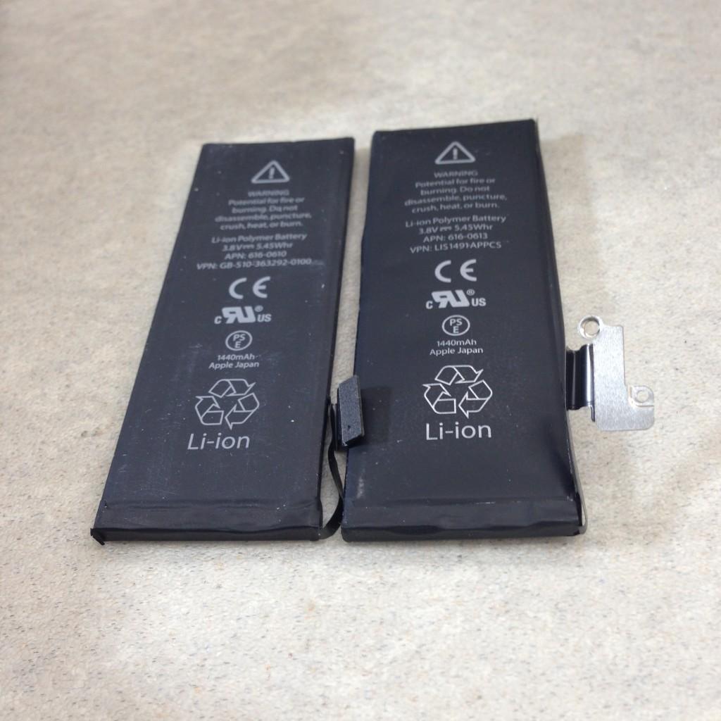 左が正常バッテリ、右が膨張したバッテリ