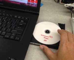 Windows10のインストールディスクをセット